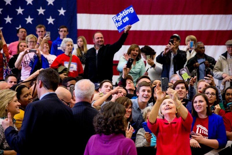 美國民主黨總統參選人希拉蕊.柯林頓16日與支持民眾合影(美聯社)