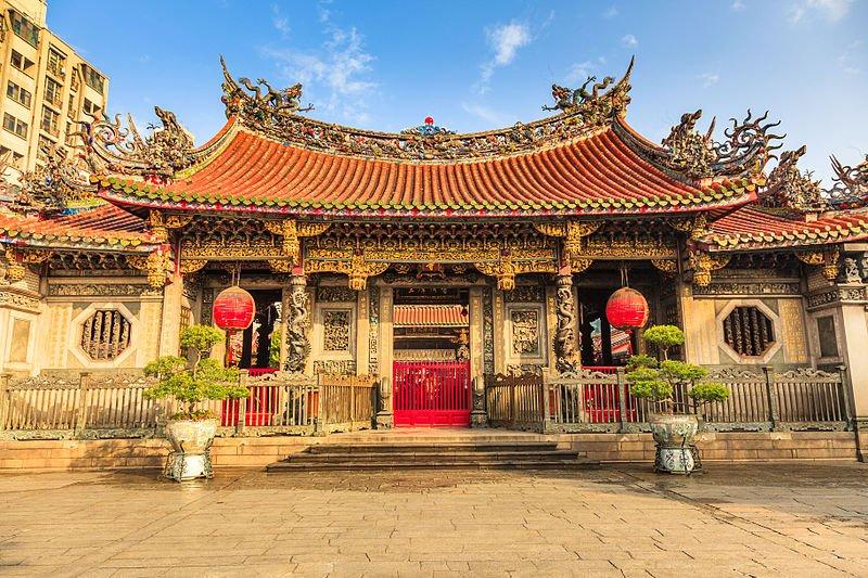龍山寺已成了外國遊客必訪之地!(圖/wikimedia)