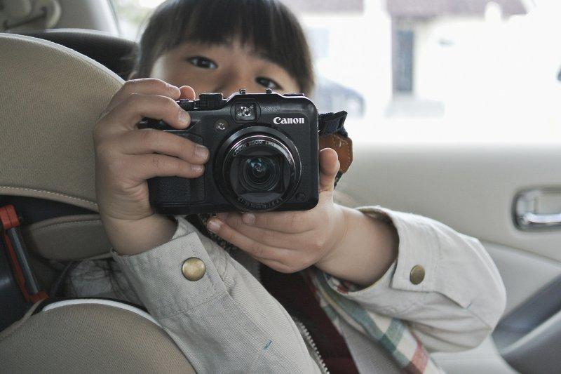 多少人好像已經不是活在真實的世界,而是用相機、手機的螢幕看世界(圖/MIKIYoshihito@flickr)