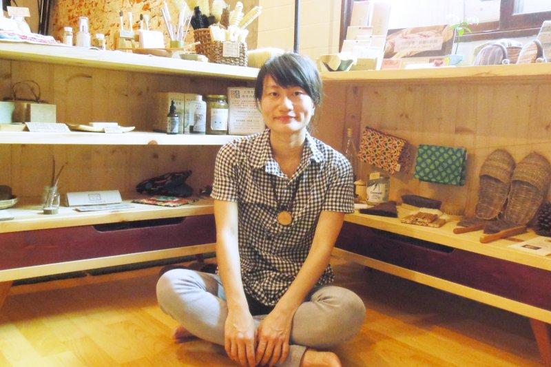 「小事生活」店主人洪平珊致力於推廣無塑生活。(圖/林曉盈攝影)