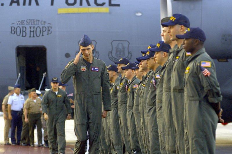 獲釋後返回夏威夷美軍基地的24名EP-3機組員。(維基百科)