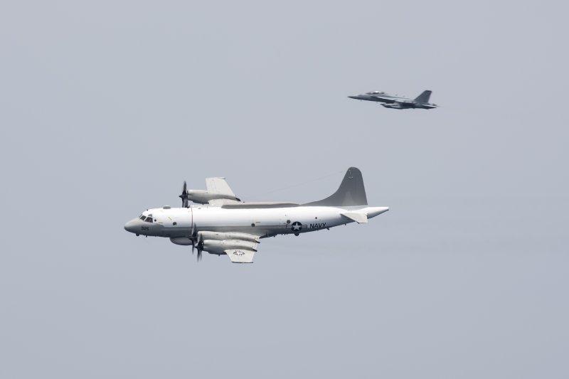 美軍的EP-3E Aries電子偵察機與EA-18G「咆哮者」(growler)電子攻擊機。(美國海軍官網)