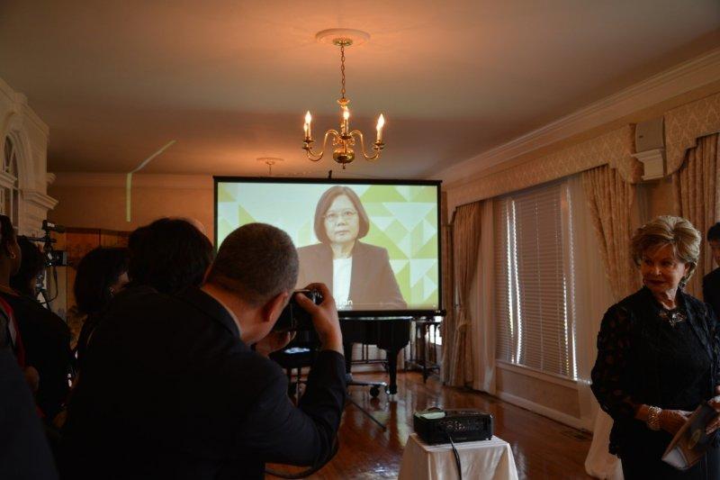 駐美國代表處代表沈呂巡(右)5月19日於雙橡園主持慶祝中華民國第14屆總統、副總統就職酒會,現場播放預先錄製之蔡總統致詞影片,歡迎與宴之美國各界貴賓。(外交部提供)