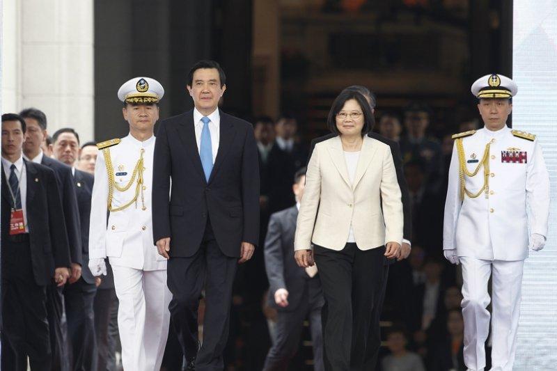 台灣第三次政黨輪替,根據台灣民意基金會民調顯示,高達74%民眾認為政黨輪替並沒有什麼改變或帶來更壞的結果。圖為前總統馬英九(左)與總統蔡英文(右)交接。(資料照,台北市攝影記者聯誼會提供)