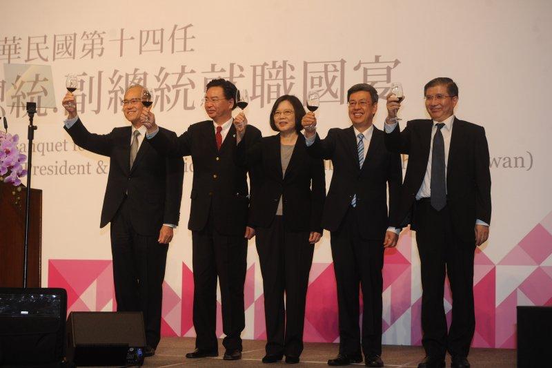 520就職國宴,總統蔡英文(中)率領總統府及國安會團隊,向來賓敬酒。(台北市攝影記者聯誼會提供)註:飲酒過量、有礙健康