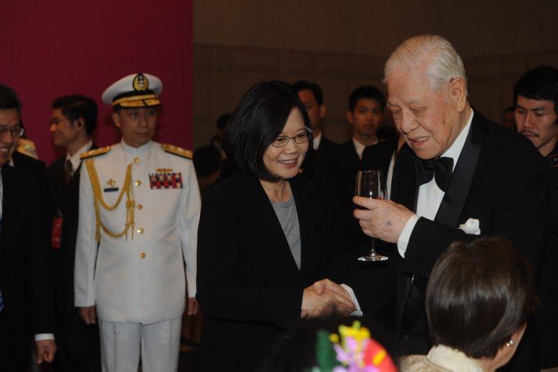 前總統李登輝即將赴日,圖為520就職國宴,李登輝向總統蔡英文敬酒。(台北市攝影記者聯誼會提供)