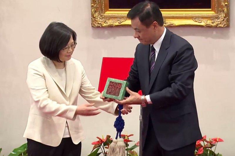 立法院長蘇嘉全將國壐交給蔡英文(取自YouTube)