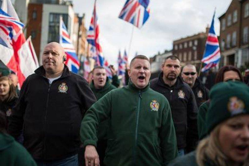 極右組織「英國第一」街頭活動。(the-orator.co_.uk攝)