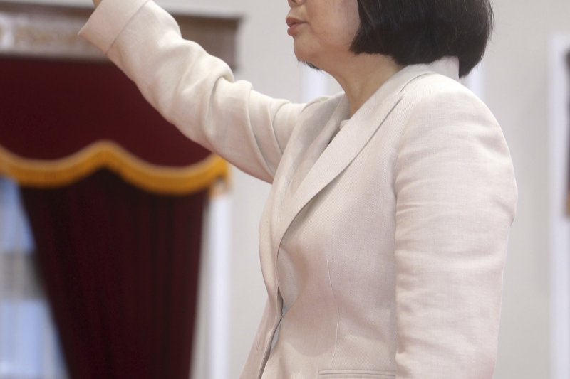 蔡英文總統宣誓就職,誓詞就是恪守憲法。(美聯社)
