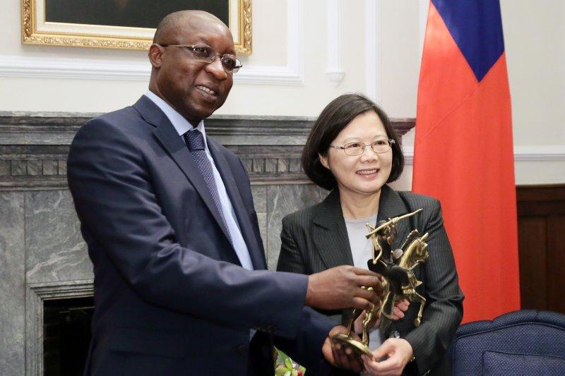 去年,布吉納法索曾拒絕中國金援,如今宣布與我斷交。圖為蔡英文總統曾在府內接見布吉納法索總理齊耶鈸(Paul Kaba Thieba)(總統府)