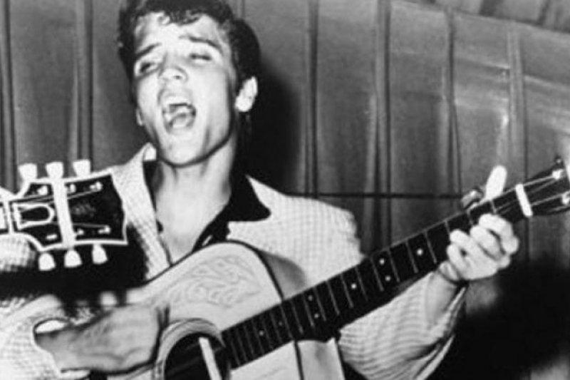 美國搖滾與流行音樂天王「貓王」的吉他22日以新台幣1000萬元的拍賣價賣出。(取自推特)