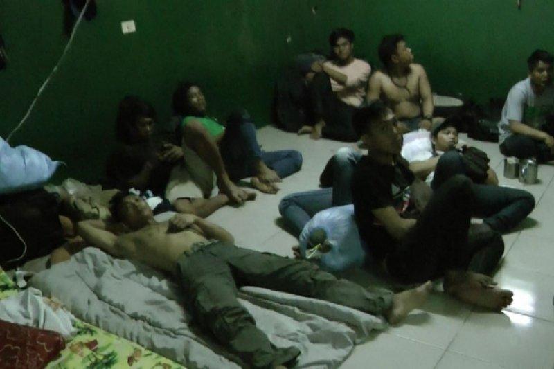 在台灣境內受聘的漁工勞動權益沒有受到任何法律保障。圖為高雄地檢署偵破外籍漁工遭囚案,救出81名外籍漁工。(資料照,翻攝畫面)