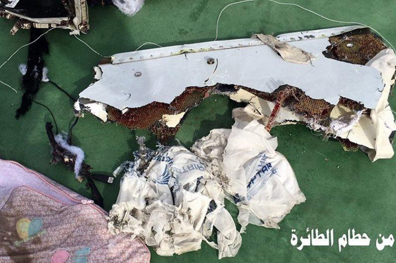 搜索行動取回的埃及航空客機部分殘骸(美聯社)