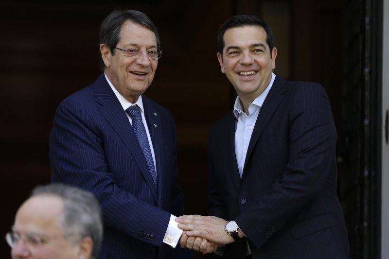 賽普勒斯總統阿納斯塔夏季斯(Nicos Anastasiades)(左)與希臘總理齊普拉斯(右)(美聯社)