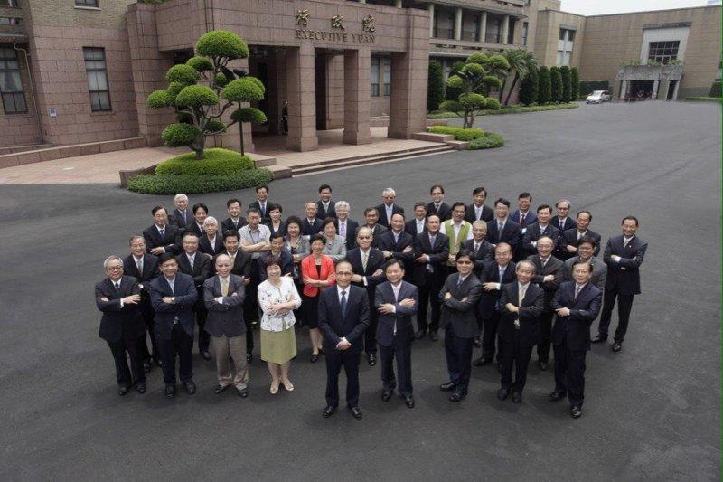 26日新內閣舉行行政院首度院會,會後大合照一改過往排排坐慣例,全員站立抱胸展現自信。(行政院提供)