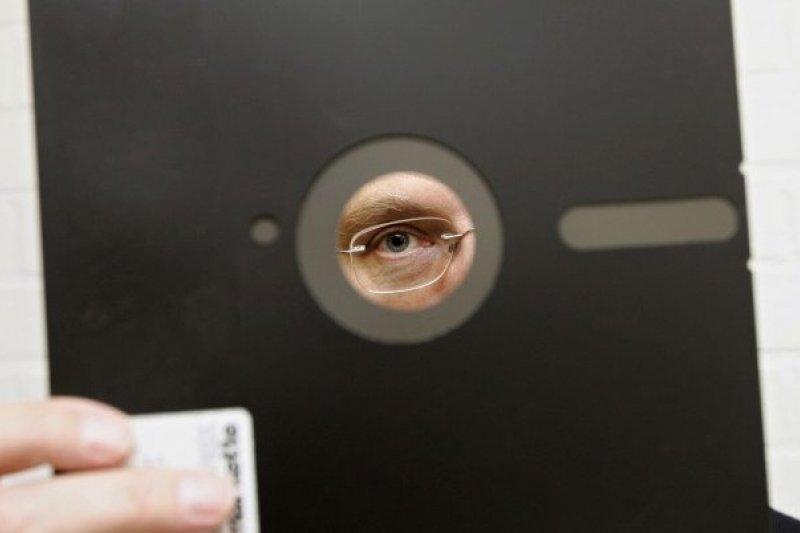 身為世界超級強權,美國國防部核武部門竟然還在使用8吋磁碟片。(圖/取自推特)