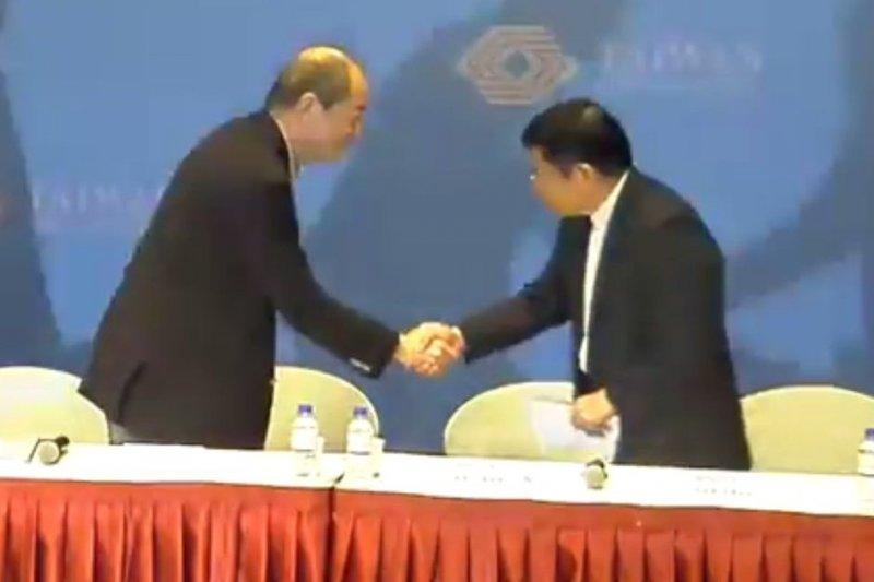 日月光與矽品握手言和,合設產業控股公司;台灣對併購應有更大的支持。(YouTube)