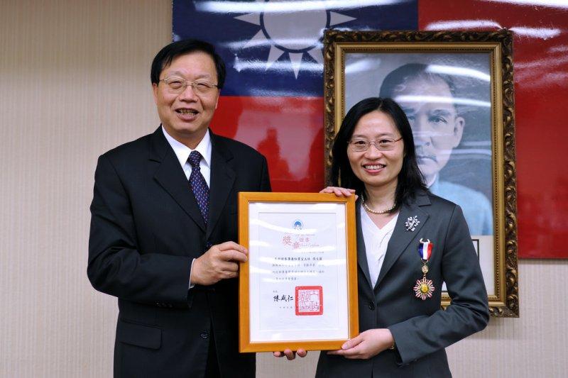 江宜樺學妹張文蘭(右),將接任總統府公共事務室主任。(取自內政部)