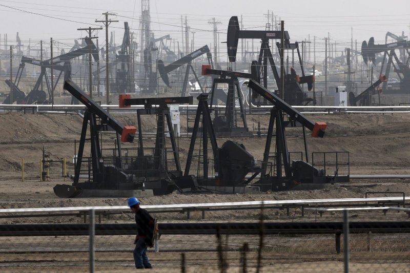 國際原油價格5月走出近13年的低點,26日已飆破每桶50美元。(美聯社)