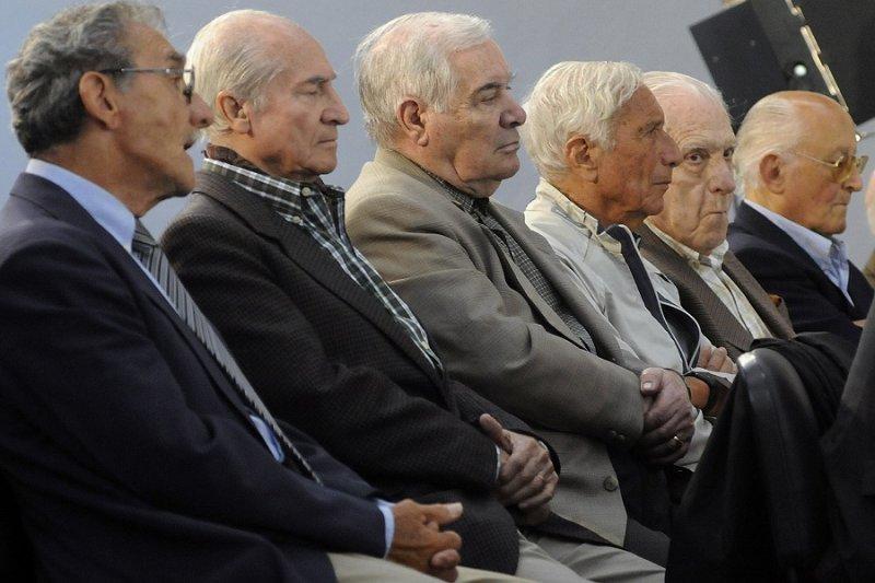 接受審判的前軍方人士,右二為比尼奧內(美聯社)
