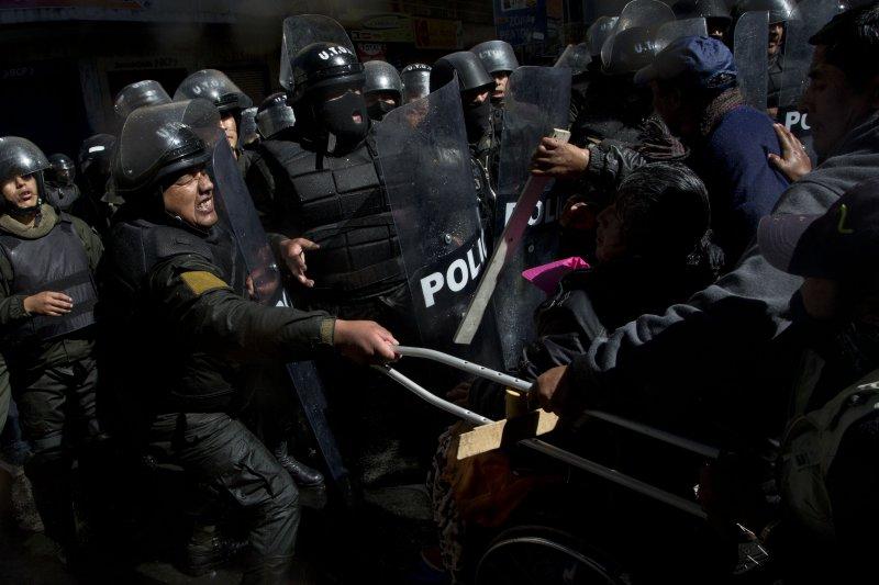 玻利維亞身障者到總統府前抗議,與警方發生衝突。(美聯社)