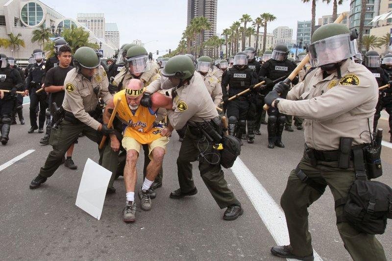 聖地牙哥警方逮捕在場的抗議民眾。(美聯社)