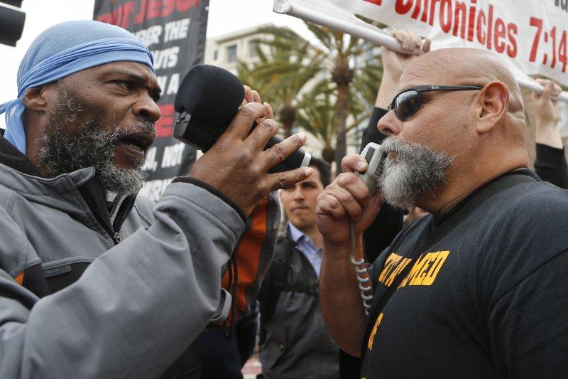 支持與反對川普的加州民眾,在他競選造勢的聖地亞哥會場外針鋒相對。(美聯社)