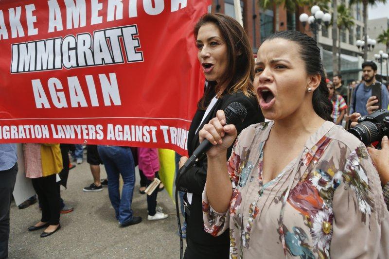 反對川普的美國民眾呼籲不應排斥移民。(美聯社)