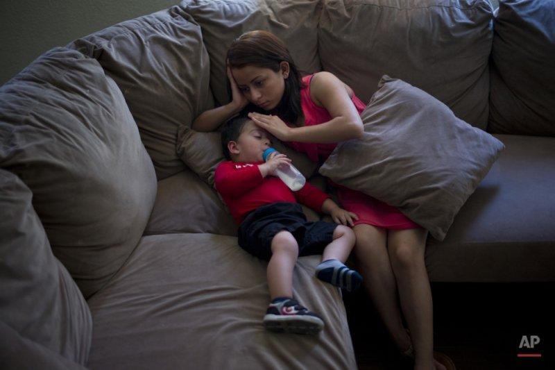 18歲的媽媽杜妮亞(Dunia Bueso)才剛從美國手上拿到永久居留權,但她1歲的兒子約書亞(Joshua Tinoco)有可能遭遣返回墨西哥。(美聯社)