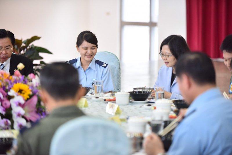 蔡英文總統視導空軍花蓮、佳山基地,並與基地官兵共餐,提早慶祝端午節。(總統府)