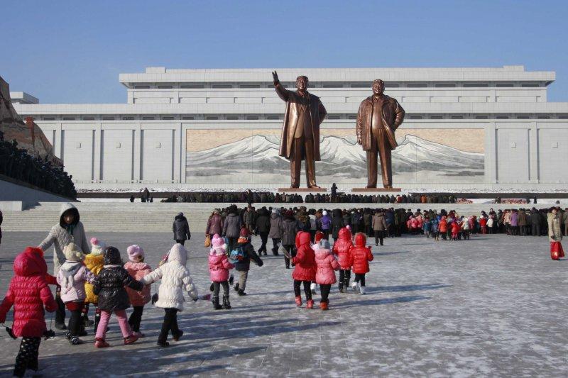 「北韓不是個國家,也不是個政權,它是個宗教,而且是個『邪教』⋯⋯」圖為北韓首都平壤的民眾參拜金日成、金正日父子雕像。(美聯社)