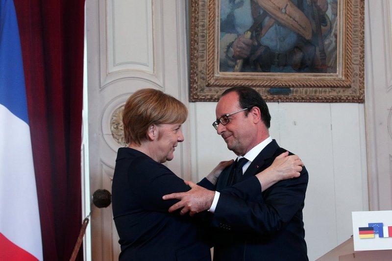 法國總統奧朗德(右)與德國總理梅克爾(左)於市政廳演說後(美聯社)