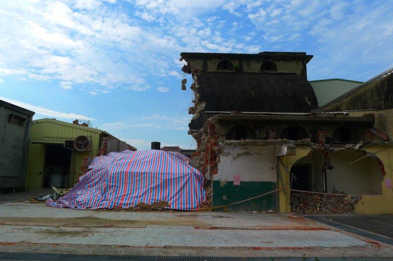 5月10日倉庫被拆除現場僅覆蓋帆布(作者提供)