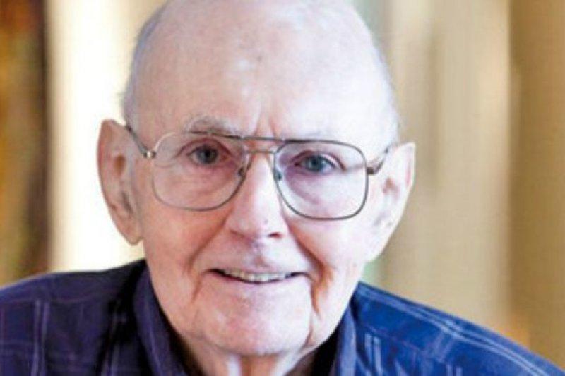 芮效衛1933年在南京出生,其父芮陶庵(Andrew Tod Roy) 是美國長老會在中國的傳教士。(BBC中文網)
