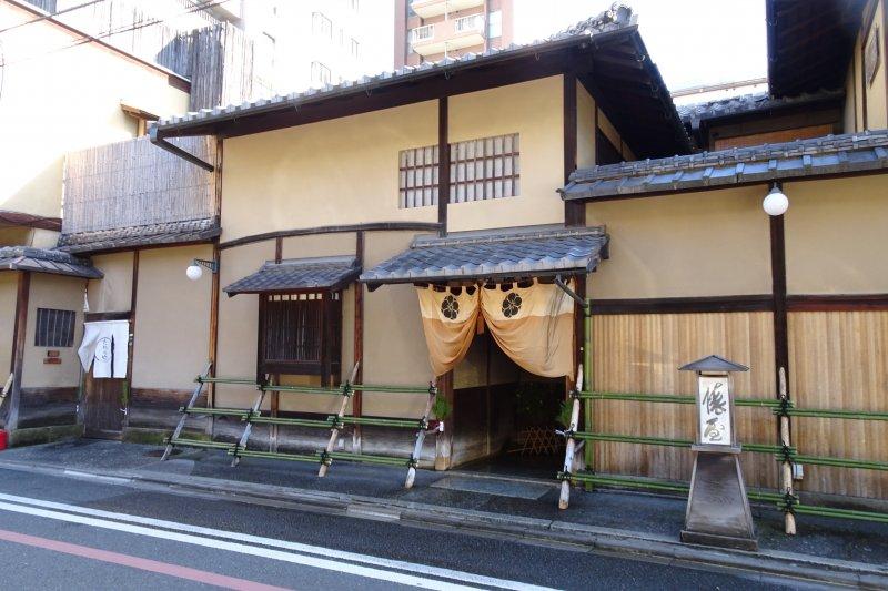 「俵屋」旅館創業於寶永年間(1704—1711年),是京都市內歷史最悠久的旅館之一。(圖/天下文化出版提供)
