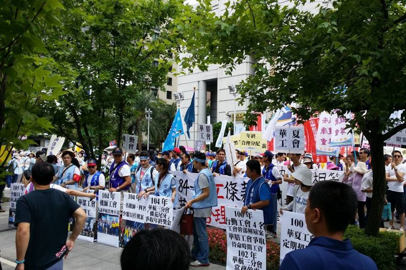 今年5月底華航報到制度更改,造成員工抗議工作超時。(取自廖阿輝臉書)