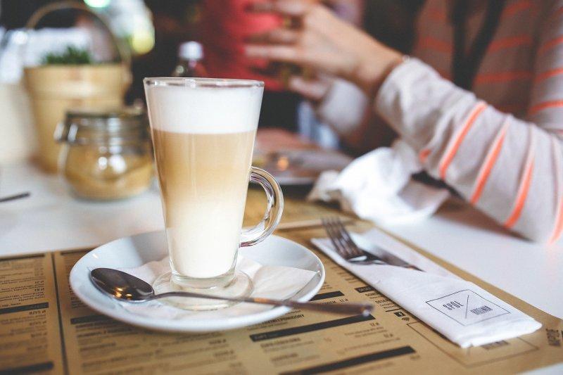 常去咖啡店的朋友,超實用單字!(圖/kaboompics@pixabay)