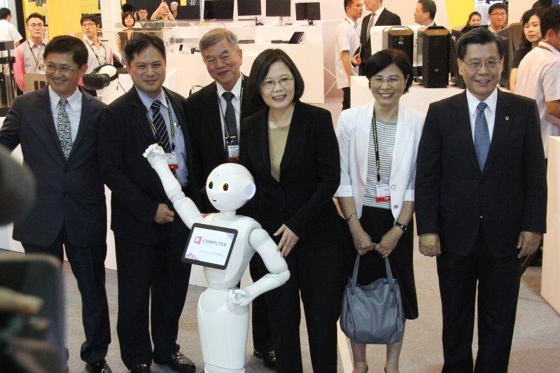 2016臺北國際電腦展 總統蔡英文 參觀攤位 與機器人互動 。(王德為攝)