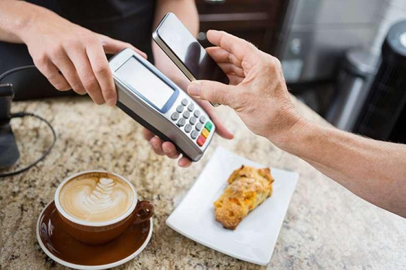 「行動支付」已成為時下最夯的話題。現在只要一支智慧型手機,就能優雅地結帳。(擷取自精誠資訊網站)