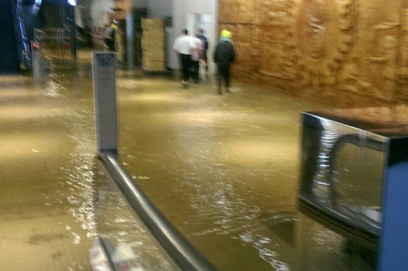 桃園機場多處淹水,交通部政務次長王國材表示,將針對機場周邊排水幹管與防汛計畫進行全面檢討。(讀者提供)