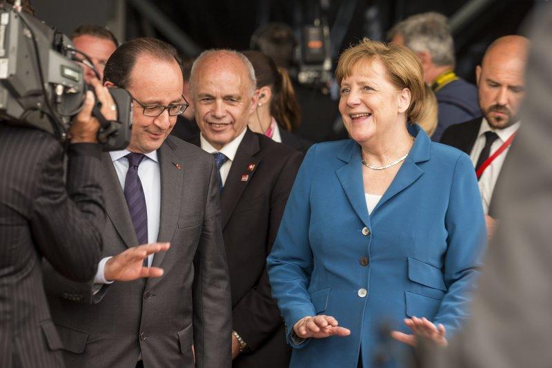 法國總統奧朗德(左)與德國總理梅克爾參加1日的聖哥達隧道通車。(美聯社)