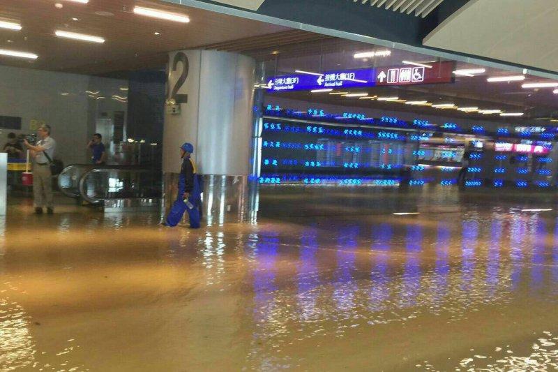 桃園機場淹大水。(讀者提供)