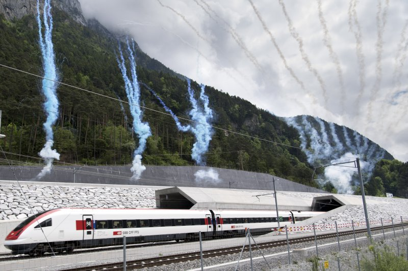 瑞士的聖伯達隧道1日正式啟用通車。(美聯社)