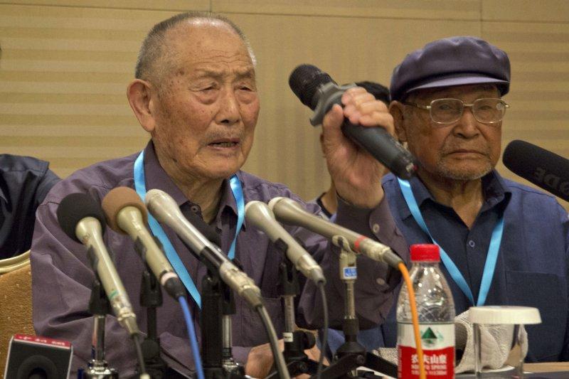87歲的受害者閻玉成(持麥克風者)。(美聯社)