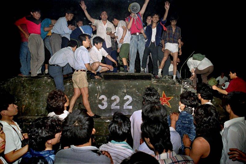 1989年6月4日,六四天安門事件爆發,北京當局血腥鎮壓示威學生(美聯社)