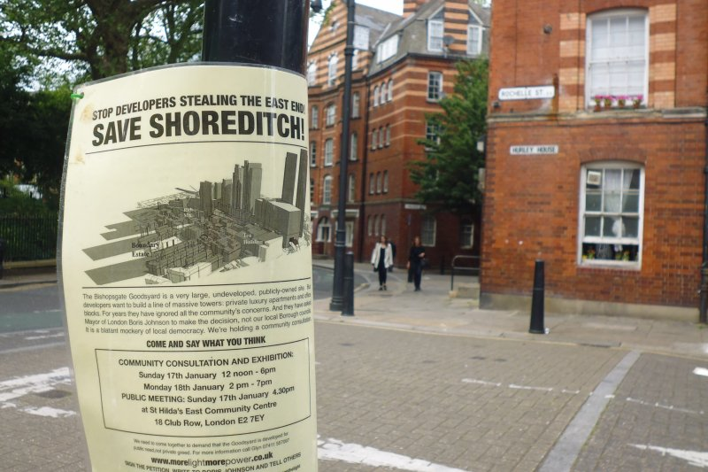 倫敦東區房價高漲,街頭抗議房價的海報。(白曉紅攝)