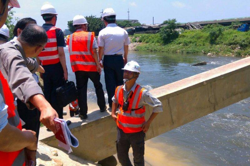 機場工程排水H幹管匯入埔心溪現場。(行政院提供)