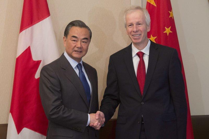 中國外長王毅與加拿大外長迪翁(美聯社)