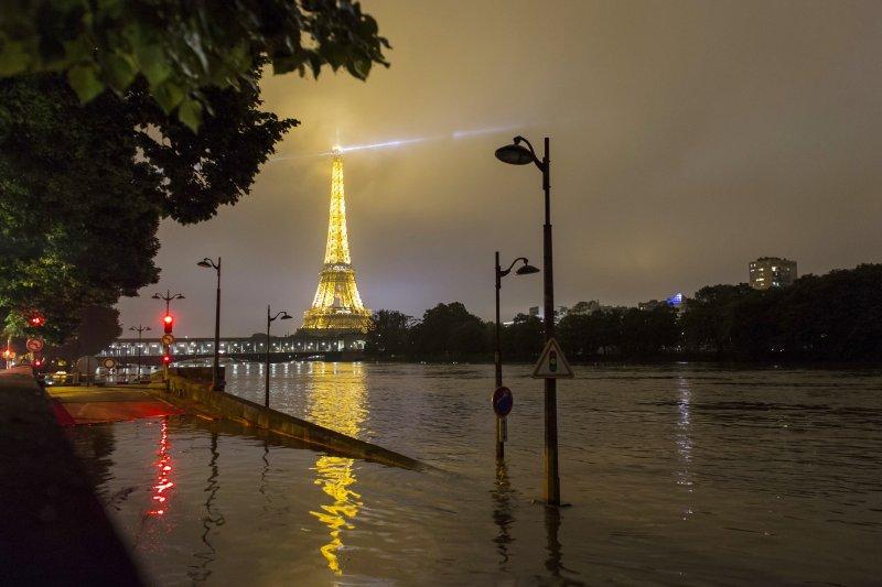 巴黎艾菲爾鐵塔前積水未退。(美聯社)