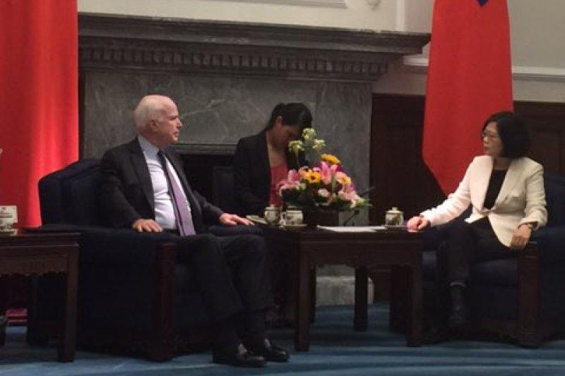 蔡英文總統5日接見美國重量級參議員馬侃(Twitter)